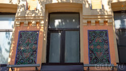 Цветные керамические вставки с восточным орнаментом. Гостиница Самофалова, Пр. Революции, 44