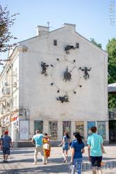 Остановившиеся часы со скоморохами на торце дома №52