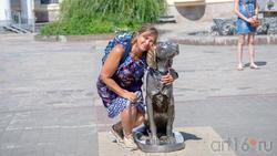 Елена Сунгатова возле  скульптуры Белый Бим Черное ухо