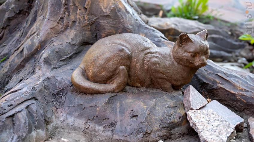 Кошка под деревом (скульптура)::Воронеж 20.07.2019