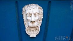 Лепная маска льва на доме 27  пр. Революции