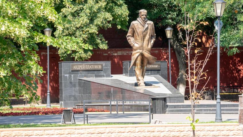 Памятник Андрею Платонову::Воронеж 20.07.2019