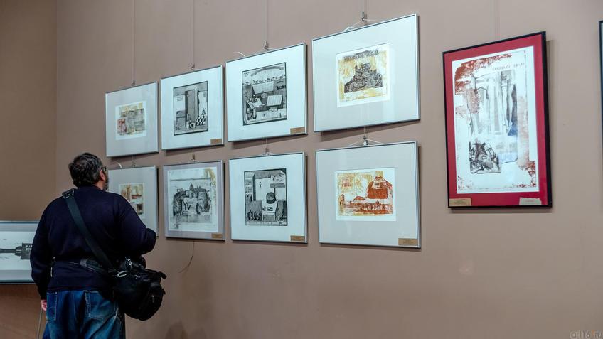 Возле работ А.Артамонова::Международная выставка графики «Пространство города»