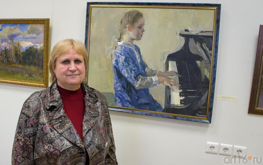 Ольга Борисовна Майорова у  своего портрета::Майоров Борис Иванович (1931-1991)
