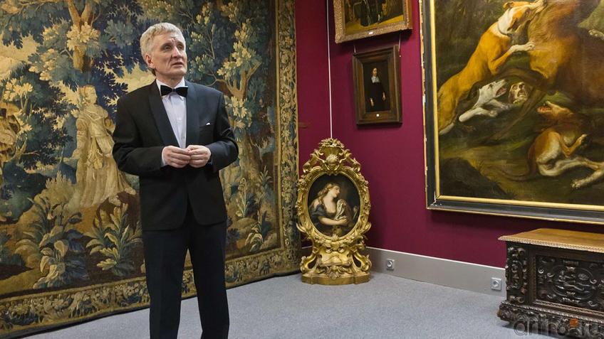 Михаил Константинович Яо в зале выставочного центра Международного института антиквариата