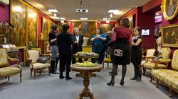 Общение в выставочном центре Международного института антикрвариата