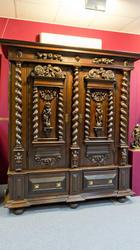 Большой рейнский шкаф, ореховый шпон, фигурный резной рельеф. Кон. XVII в.