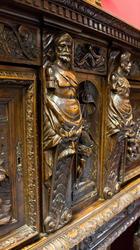 фрагмент резного буфета – поставца из патированного дерева с богатой резьбой со сценами двора, украшенный зубчатым фризом, пальм