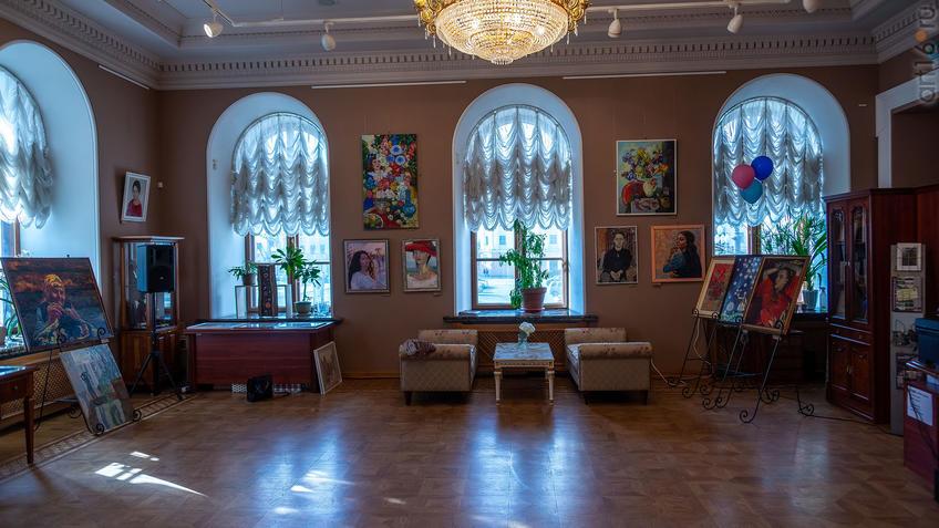 Фрагмент экспозиции выставки СХ РТ «50 женских ликов»::Выставка Союза художников Республики Татарстан «50 женских ликов»