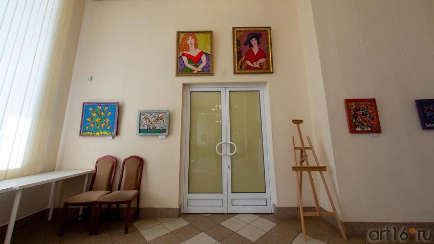 Фрагмент экспозиции (цветы (А.Шах), портреты (Г.Шакировой)::Руссо и мы. Выставка