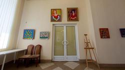 Фрагмент экспозиции (цветы (А.Шах), портреты (Г.Шакировой)