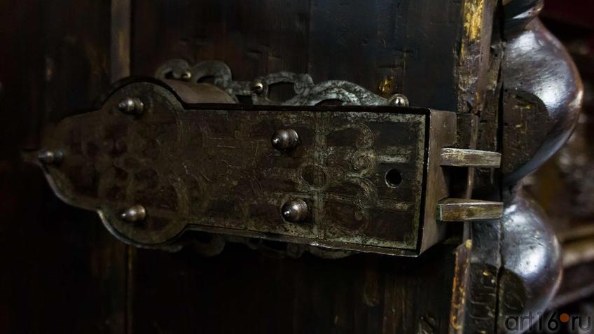 замок с двумя щеколдами с гравировкой (имеется старинный ключ)