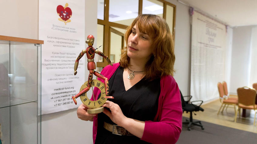 Наталья Зюмченко со своей куклой::Фестиваль-выставка «С Днем рождения, Манеж!»