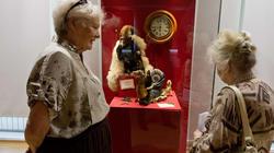 У витрины с куклами: Магнус. Н.Зюмченко / Рыцарь на улитке. Е.Ермолина