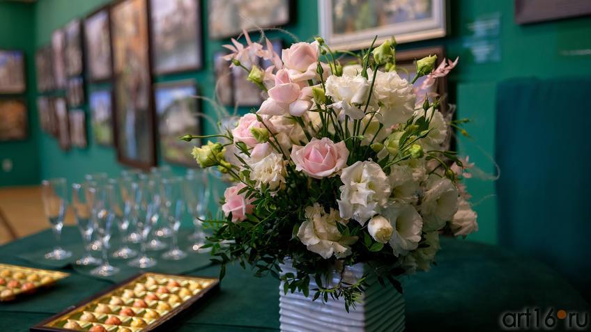 Розы::Выставка «Азат Галимов. Между Западом и Востоком»
