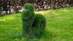 Фигурка улитки их искусственной травы. Кремлевская набережная