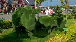 Носорог и носорожек из искусственной травы. Кремлевская набережная