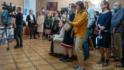 На открытии «Выставка 6 молодых художников. Взгляд через 50 лет»