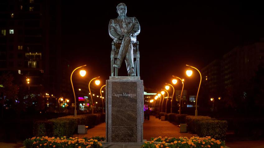 Памятник Садри Максуди в сквере Стамбул, Казань::Ночная прогулка по Казани