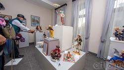 Фрагмент экспозиции выставки Елены Шмелевой «Мечты, сплетенные в судьбу»