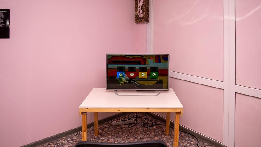 На экране стоп-кадр из мультфильма В.Муртазина о выборе контейнера  под  мусор::Владимир Муртазин «Скромное обаяние материализма»