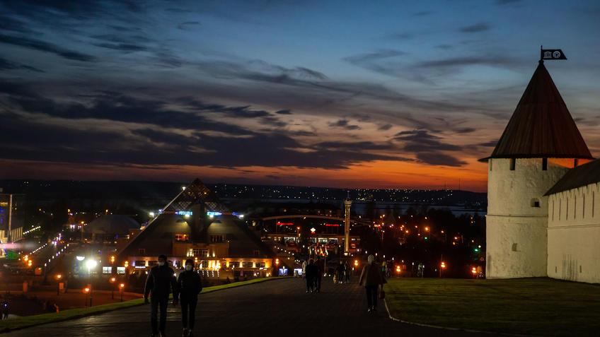 Юго-западная башня Казанского Кремля, КРЦ «Пирамида»,Казань, закат, октябрь 2020::Казань, Кремль, вечерняя прогулка