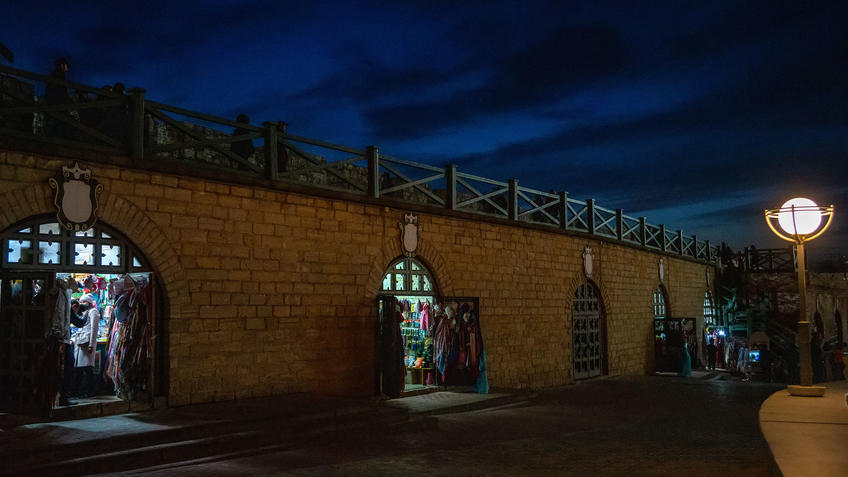 Западная стена Казанского кремля. Сувениреные лавки. Казань, октябрь 2020, вечер::Казань, Кремль, вечерняя прогулка