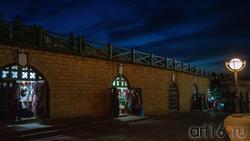Западная стена Казанского кремля. Сувениреные лавки. Казань, октябрь 2020, вечер