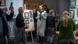 Анна Афанасьева (АняМаня) в экспозиционном зале выставки «Сентиментальное настроение»