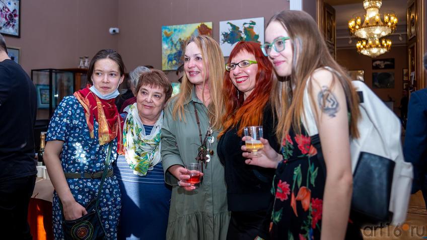 На выставке Елены Острой (в центре), ГСИ ʺОкноʺ::Елена Острая «Рождение иллюзий»