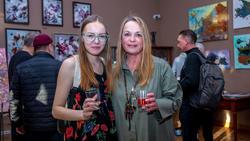 Елена Острая (справа).  На открытии персональной выставки