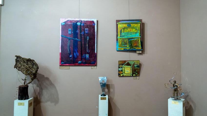 Фрагмент экспозиции выставки «Апокалипсис. Возрождение»::«Апокалипсис. Возрождение ». Адель Халиуллин (скульптура), Анна Федорова (живопись)