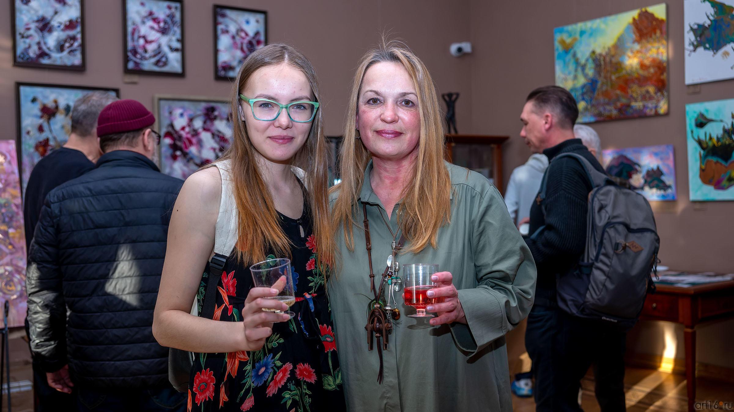 Елена Острая (справа).  На открытии персональной выставки::Елена Острая «Рождение иллюзий»