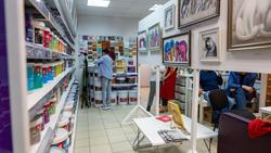 Фрагмент экспозиции. Выставка Л.Бабаевой в магазине красок