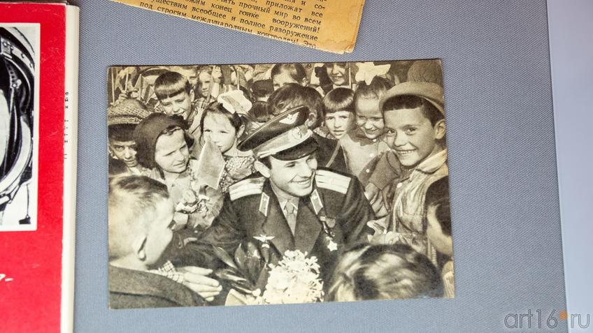 Юрий Гагарин в окружении школьников. Фото::На пороге Вселенной