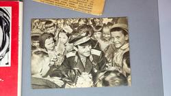 Юрий Гагарин в окружении школьников. Фото