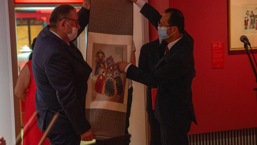 А.М.Сибагатуллин и  У Инцинь::Пять символов счастья. Выставка Государственного Эрмитажа