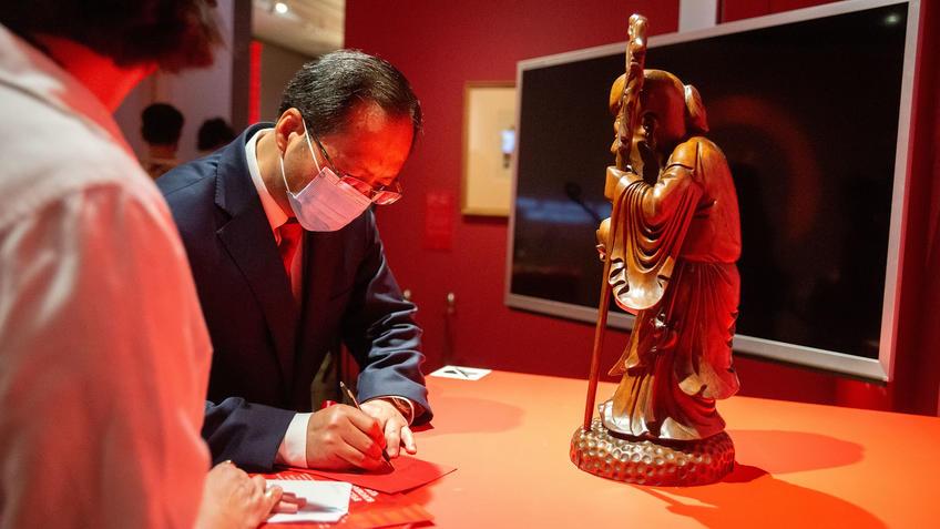 Генеральный консул Китайской Народной Республики в городе Казань У.Инцинь::Пять символов счастья. Выставка Государственного Эрмитажа