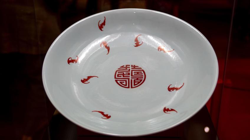 Блюдо с изображением 9 летучих мышей и иероглифа шоу::Пять символов счастья. Выставка Государственного Эрмитажа