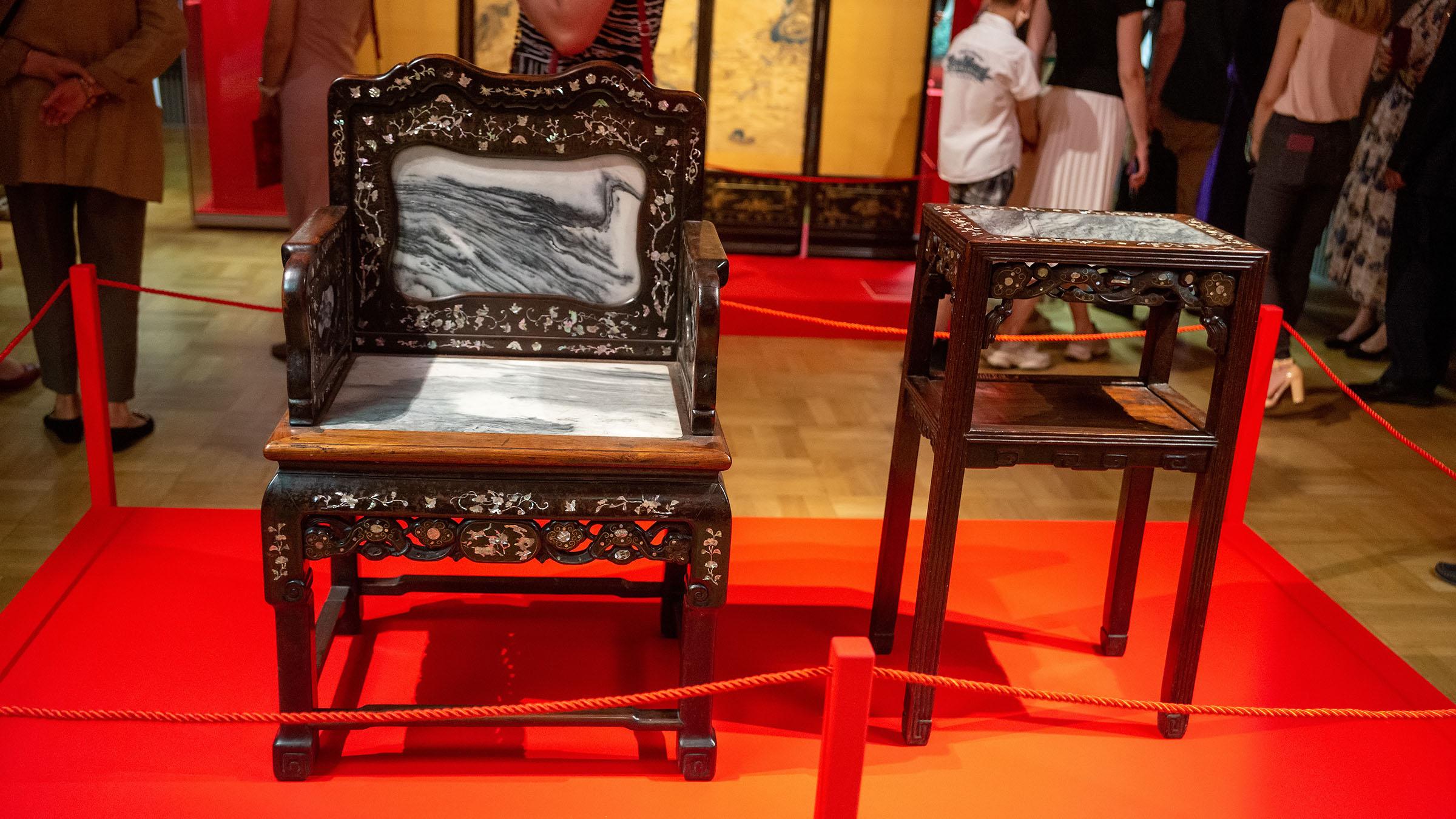 Кресло с орнаментом в виде веток цветущей сливы.../Столик с орнаментом в виде веток цветущей сливы::Пять символов счастья. Выставка Государственного Эрмитажа