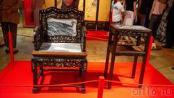 Кресло с орнаментом в виде веток цветущей сливы.../Столик с орнаментом в виде веток цветущей сливы