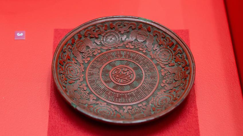 Блюдечко с изображением иероглифа шоу, летучих мышей и цветов, XVIII век::Пять символов счастья. Выставка Государственного Эрмитажа