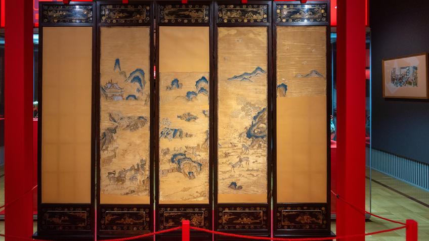 Пятистворчатая ширма с изображением вышитого пейзажа ʺсто оленейʺ, с лаковыми панелями с пейзажами::Пять символов счастья. Выставка Государственного Эрмитажа