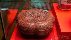 Коробка пятилопастная, с крышкой, с изображением пяти львов, играющих парчовым шаром