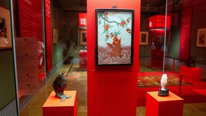 Курильница в виде карпа/Экран с изоб. карпа /Ваза в виде карпа, стоящего на хвосте ::Пять символов счастья. Выставка Государственного Эрмитажа