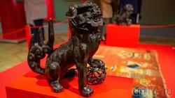 Фрагмент экспозиции «Пять символов счастья», скульпт. гр. лев с мячом