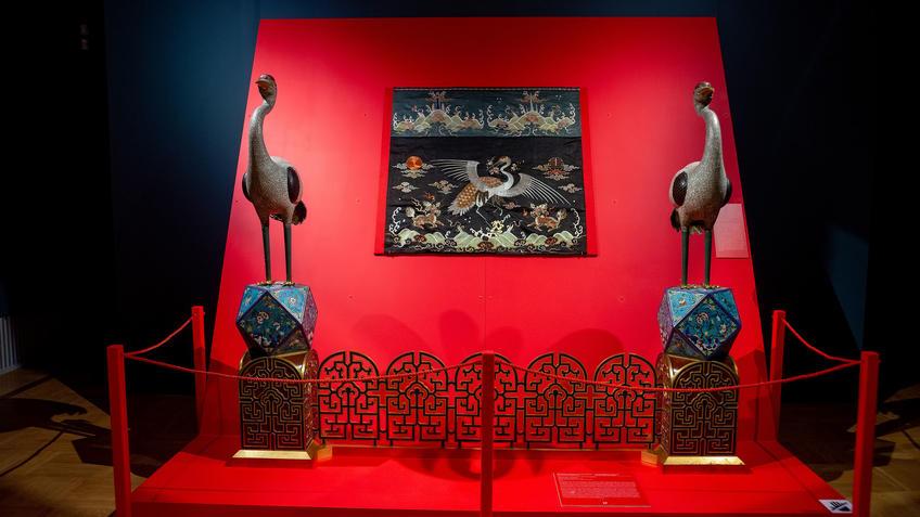 2 белых журавля, установленных на каминную решетку::Пять символов счастья. Выставка Государственного Эрмитажа