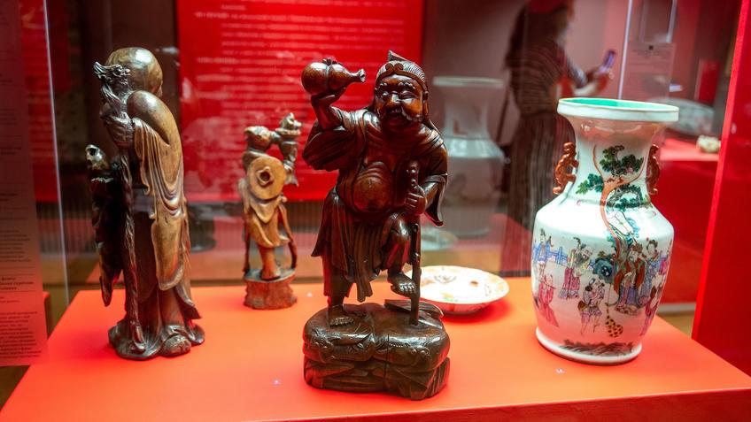 Ли Тегуай, смотрящий в сосуд в виде двойной тыквы (в центре)::Пять символов счастья. Выставка Государственного Эрмитажа