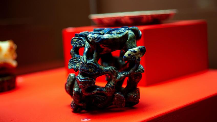 Вазочка в виде грибницы древесных грибов::Пять символов счастья. Выставка Государственного Эрмитажа