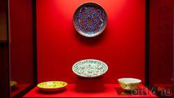 Блюдо с изображением цв. дерева сливы и бабочек верхнее) / центр.Тарелка с бабочками и иероглифами
